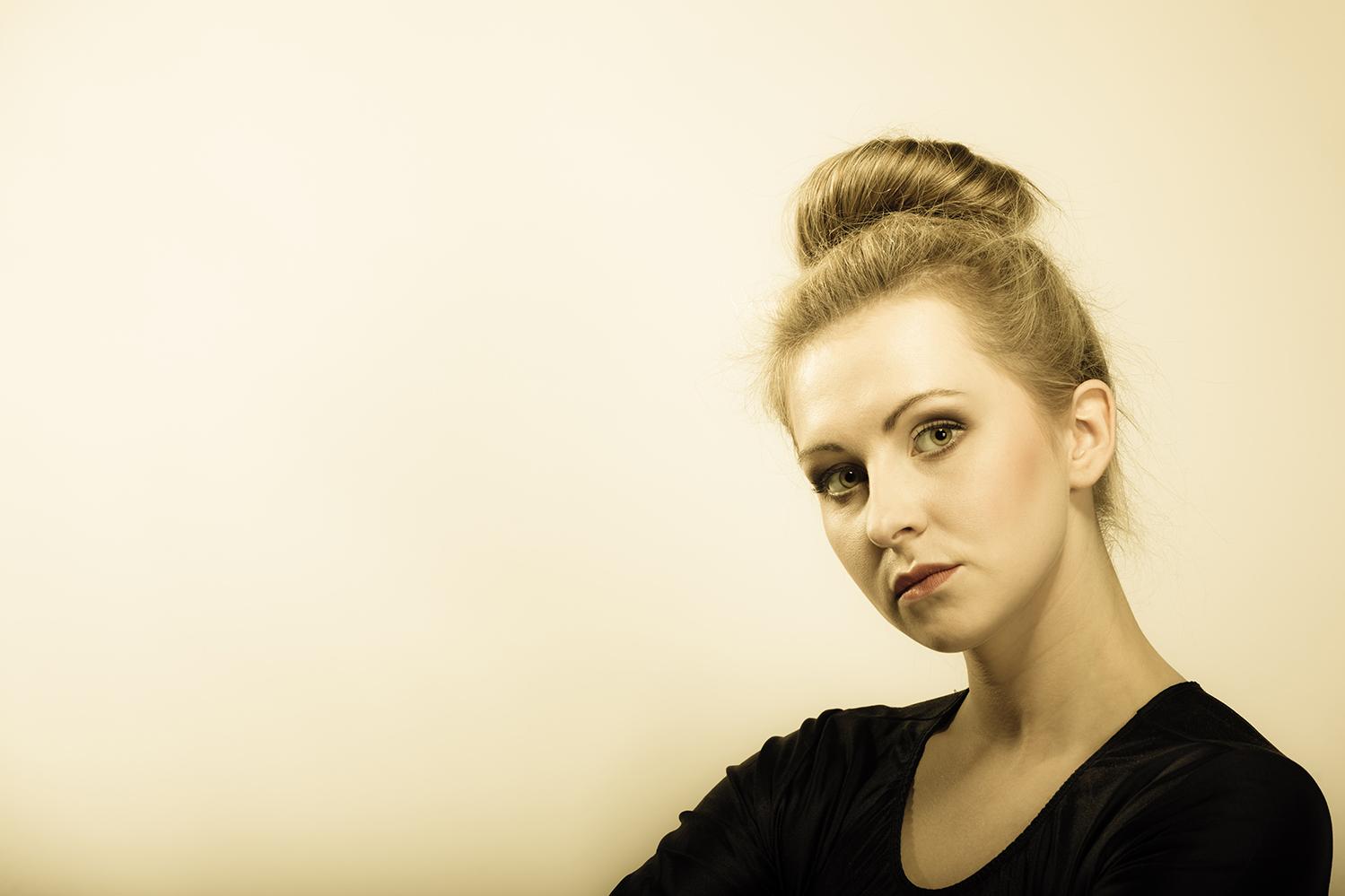 Kobieta z fryzurą kok
