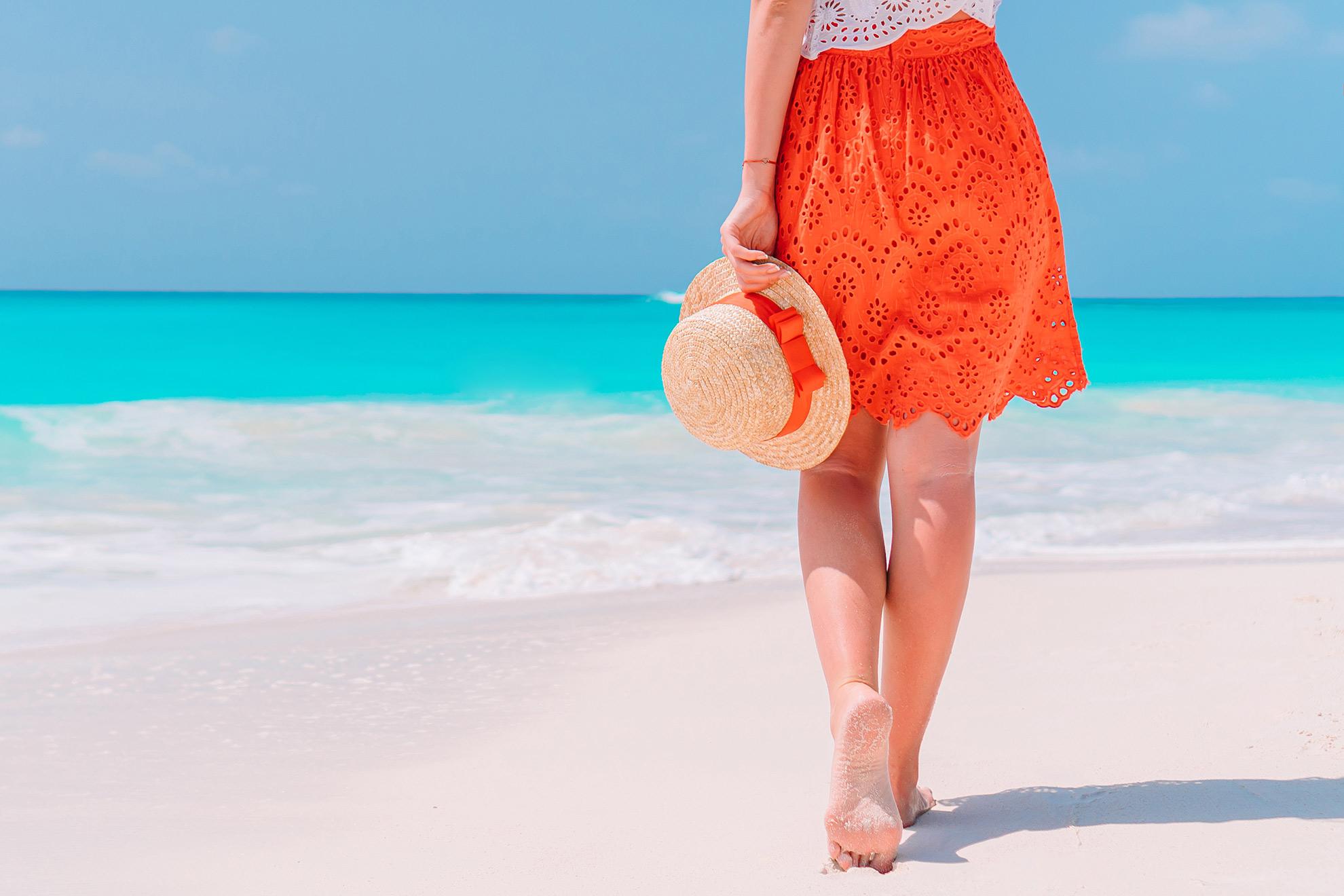 Kobieta na plaży bez butów, ilustracja do artykułu o espadrylach