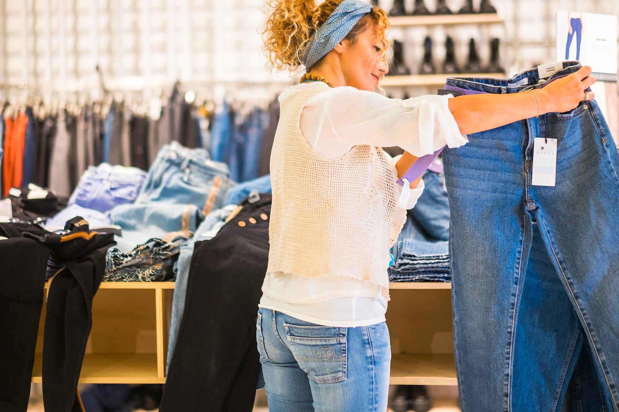 Kobieta przeglądająca spodnie, ilustracja do artykułu
