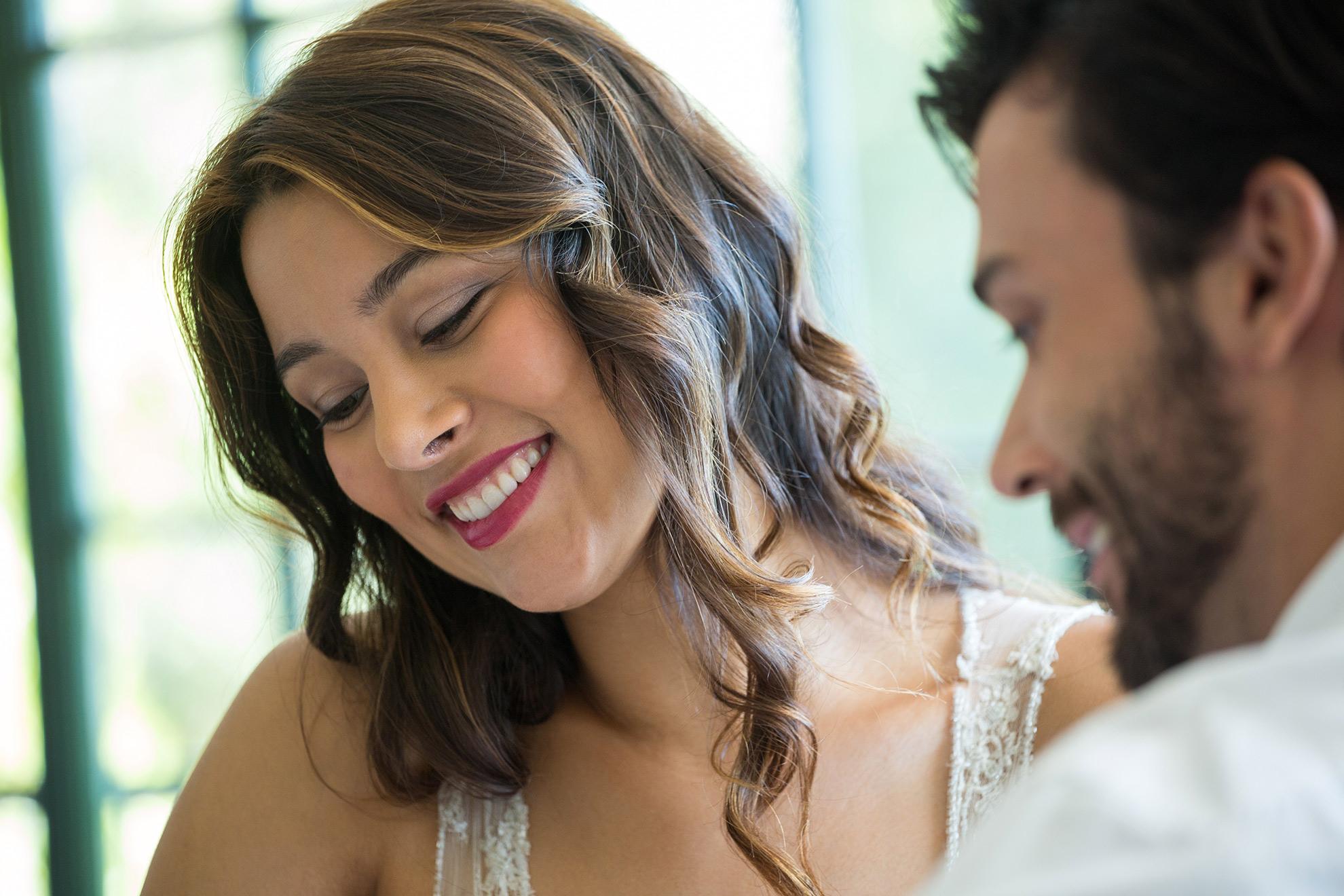 Kobieta śmiejąca się na randce, ilustracja do artykułu o sukienkach na randki latem