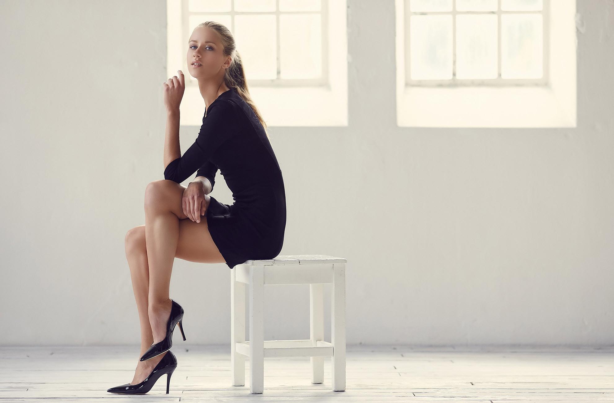 Kobieta ubrana w sukienkę mała czarna, ilustracja do artykułu o rajstopach do małej czarnej