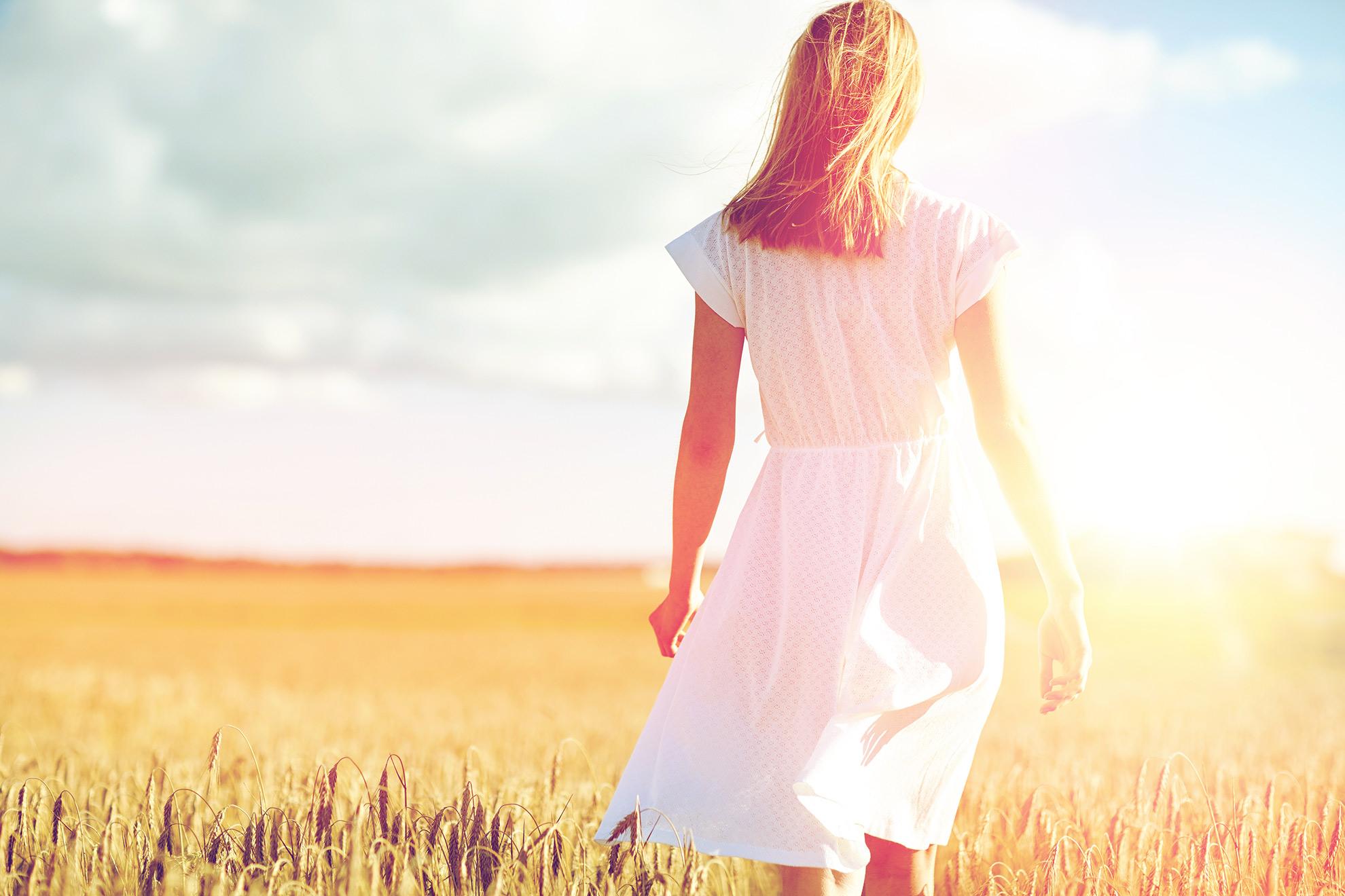 Kobieta w białej sukience, dodatki do letniej stylizacji z biała sukienką - ilustracja do artykułu