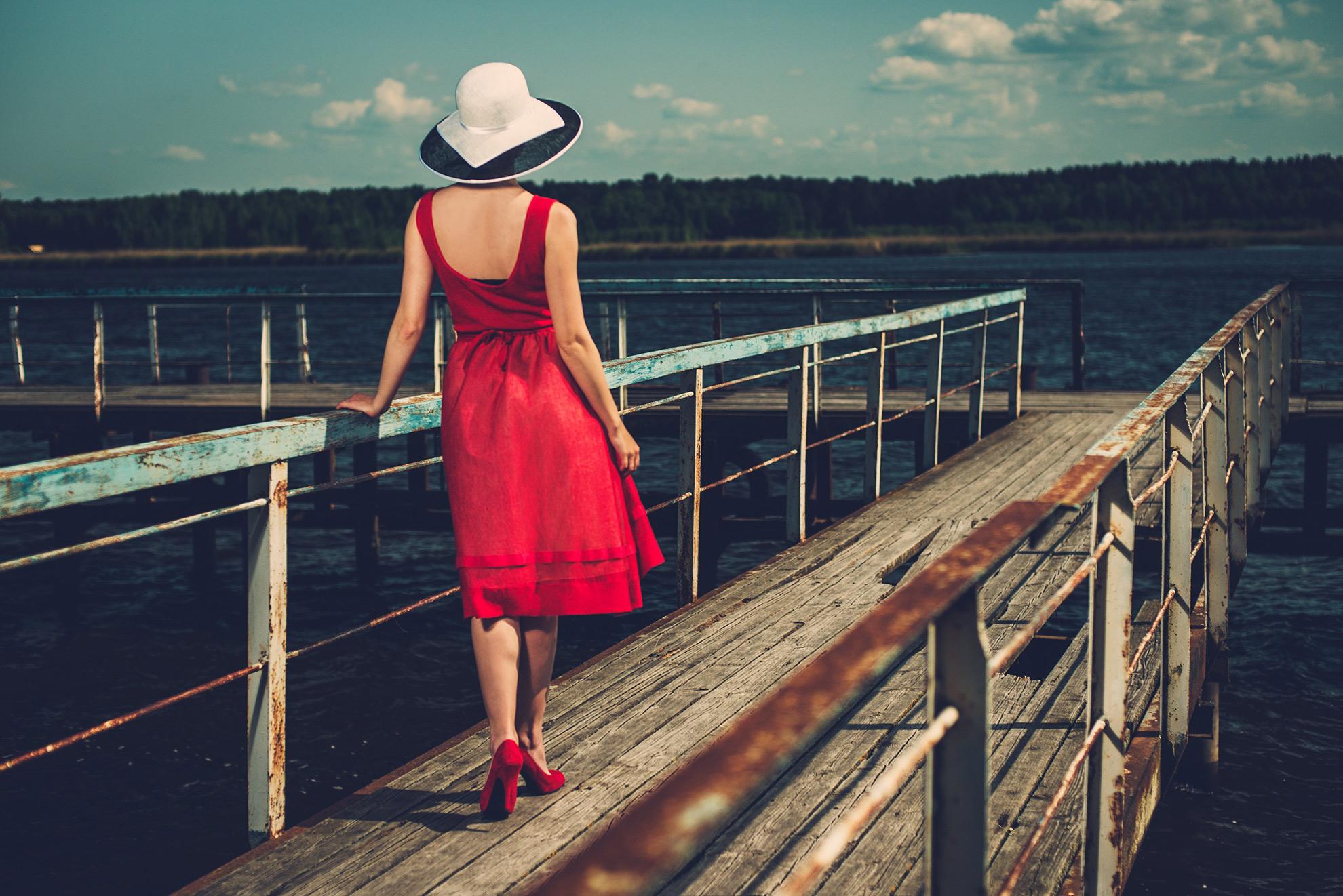 Kobieta w czerwonej sukience, ilustracja do artykułu o dodatkach