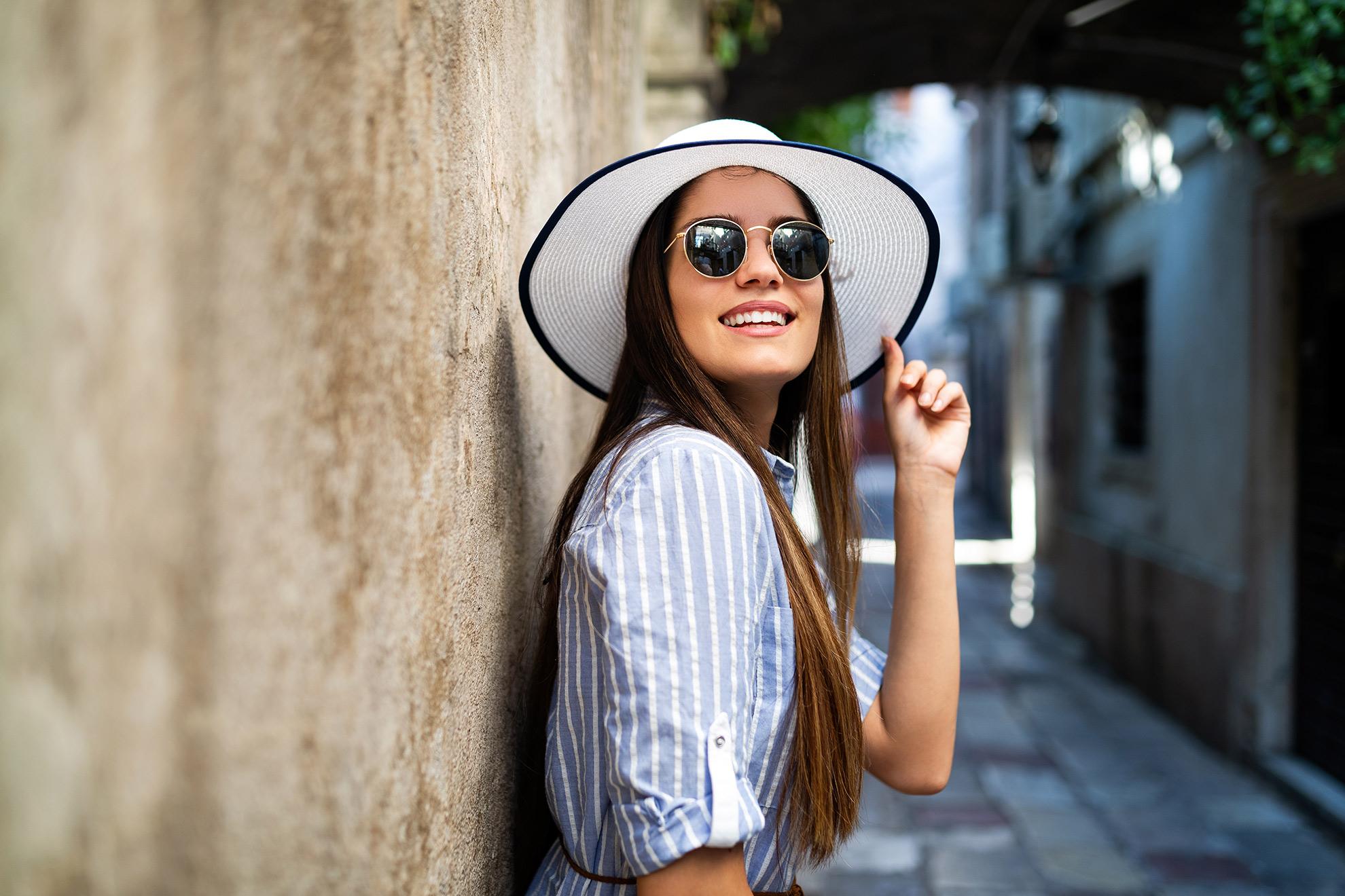 Kobieta w kapeluszu i sukience, ilustracja do artykułu o klasycznych letnich sukienkach