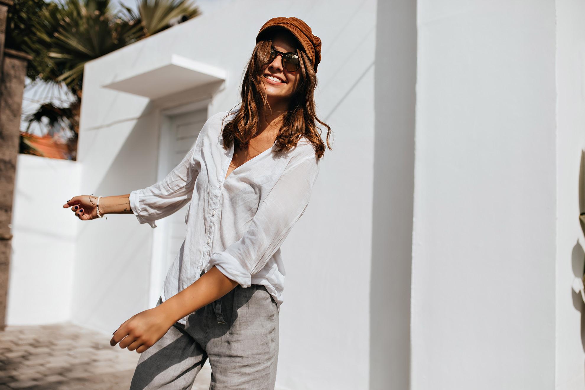 Kobieta w letniej stylizacji, ilustracja artykułu o dodatkach do letnich stylizacji