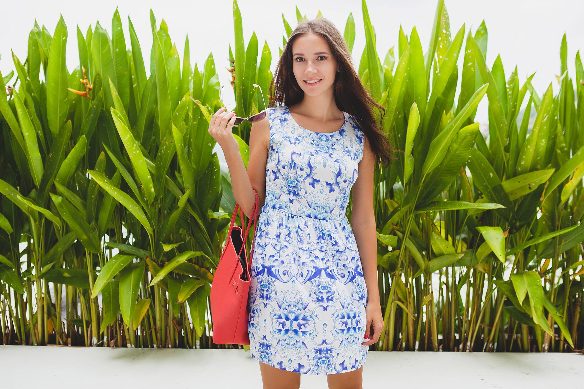 Kobieta w letniej sukience, ilustracja do artykułu o letnich sukienkach