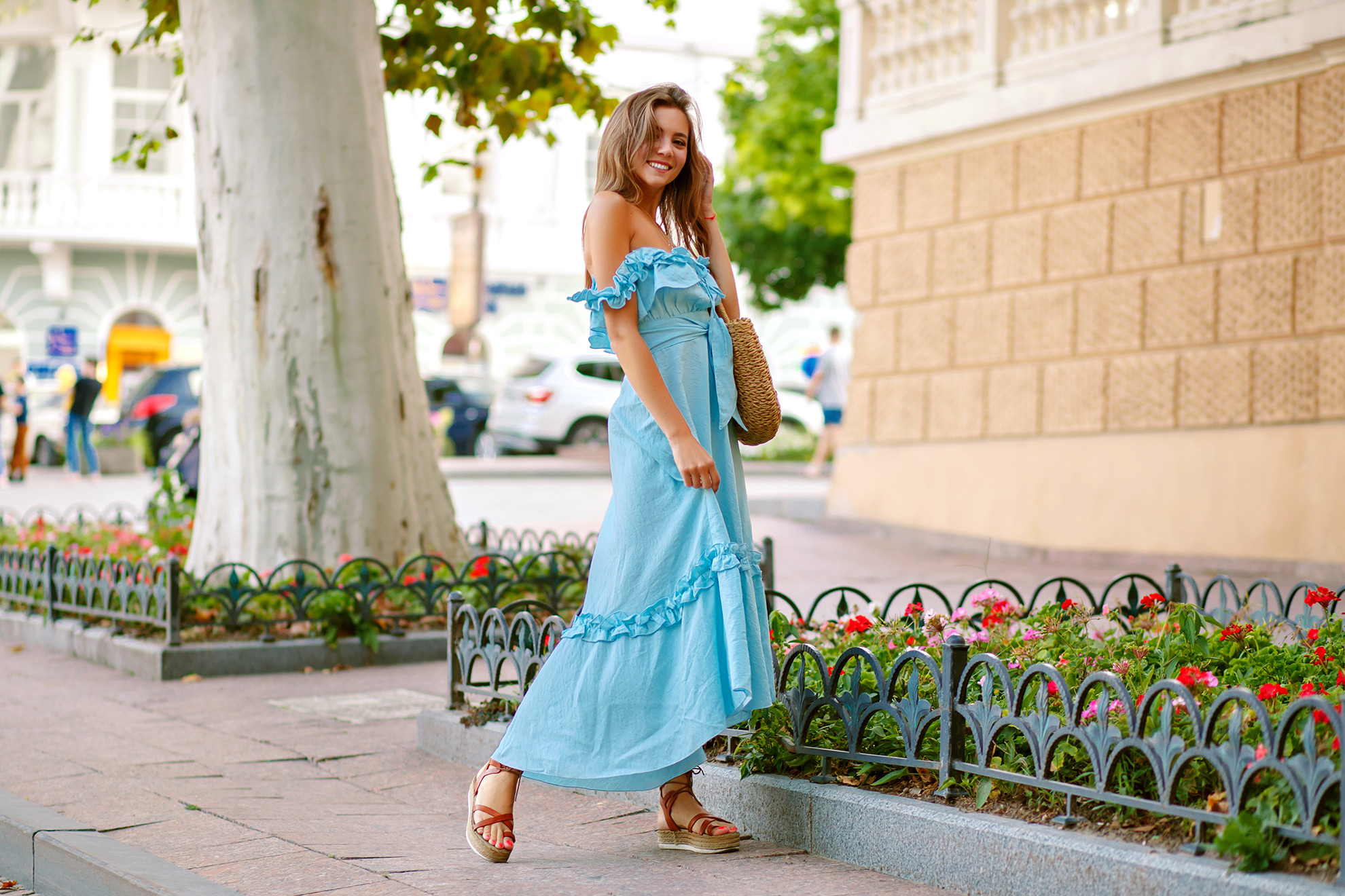 Kobieta w sukience do kostek, stylizacja na lato, ilustracja do artykułu