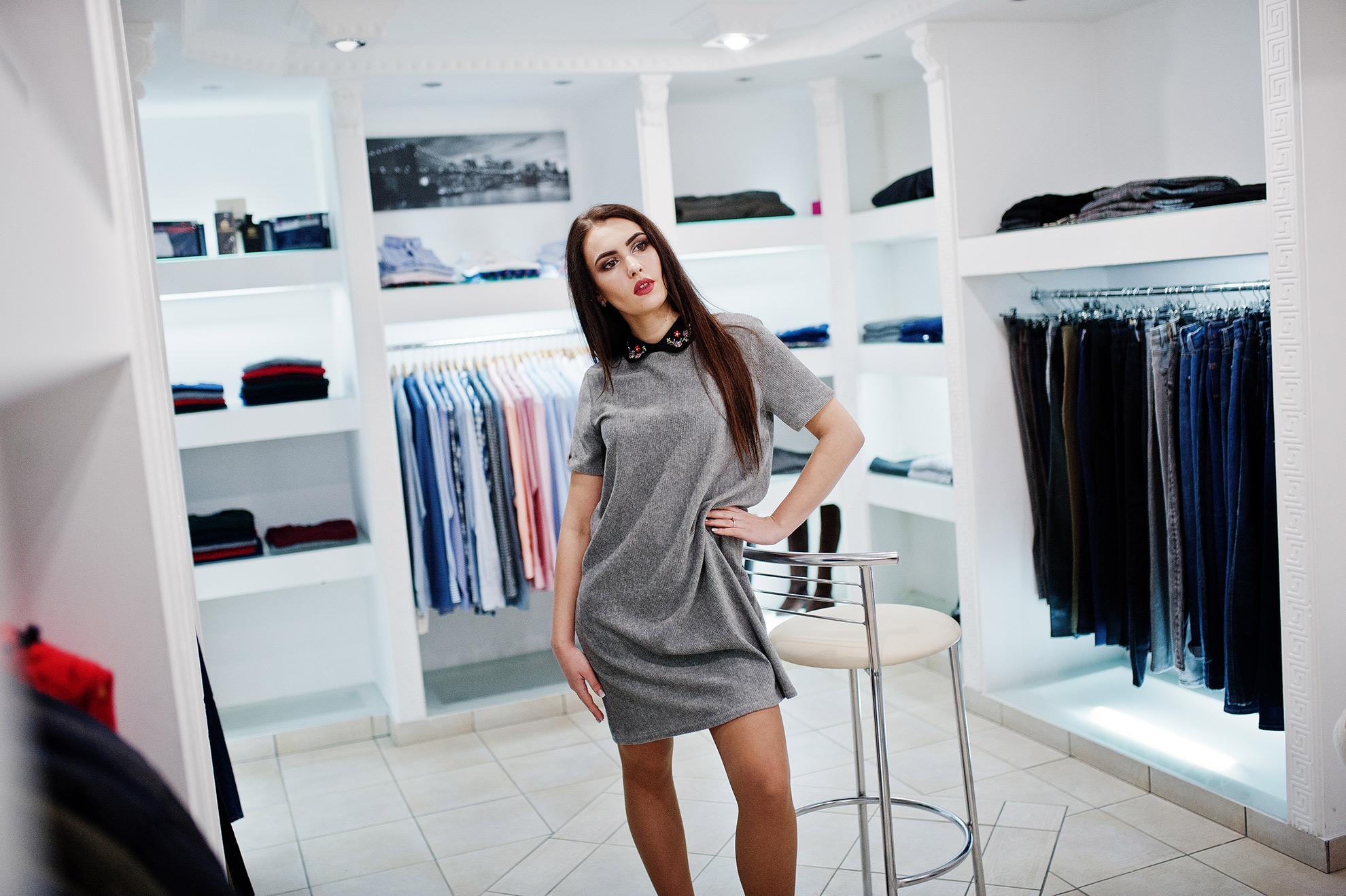 Kobieta w sukience dresowej, ilustracja o artykule o dodatkach do sukienki dresowej