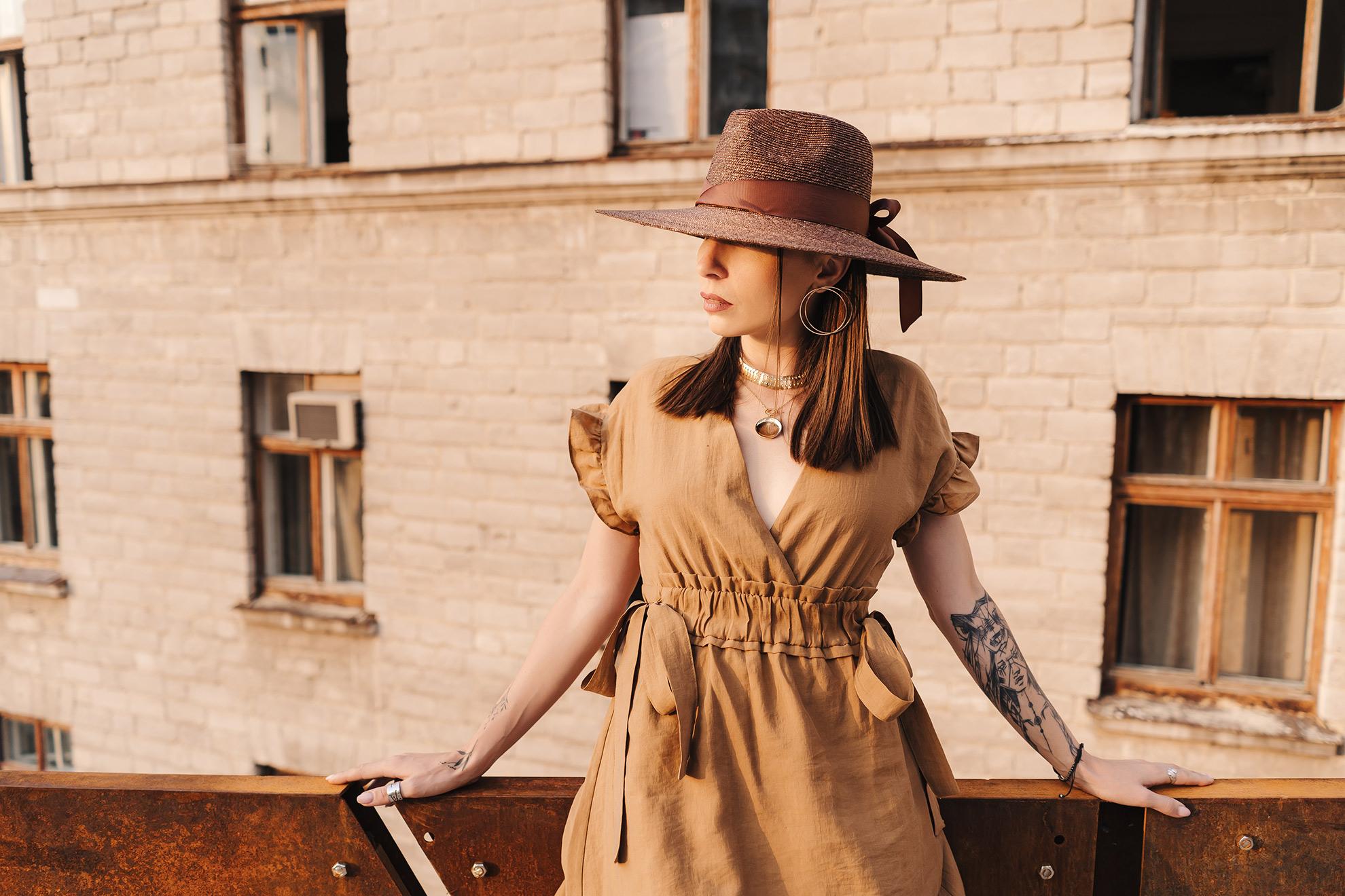 Kobieta w sukience, ilustracja do artykułu o trendach sukienek maxi