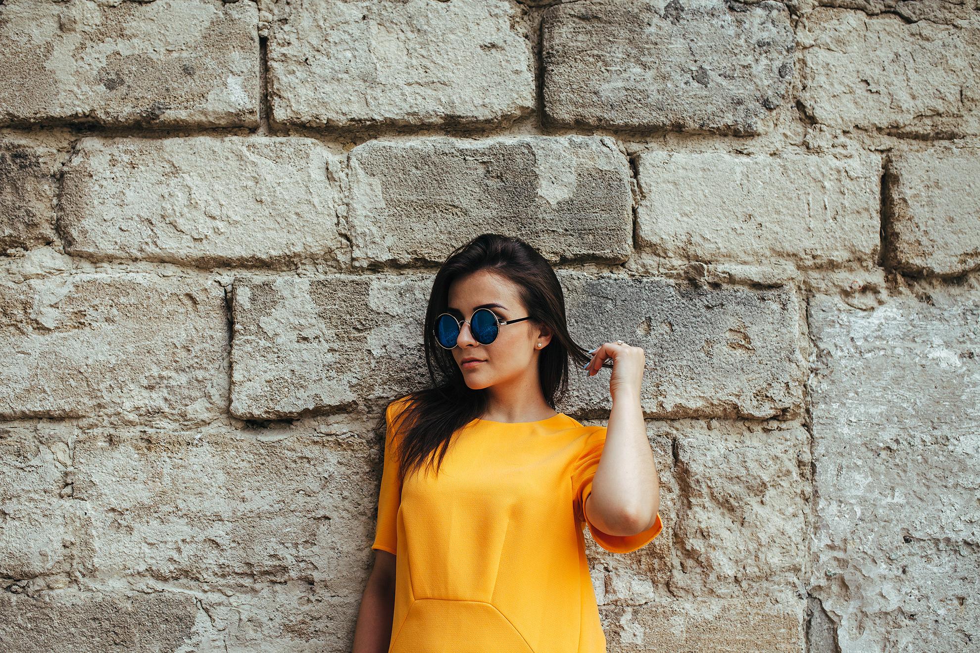 Kobieta w żółtej sukience, ilustracja do wiosennych sukienek