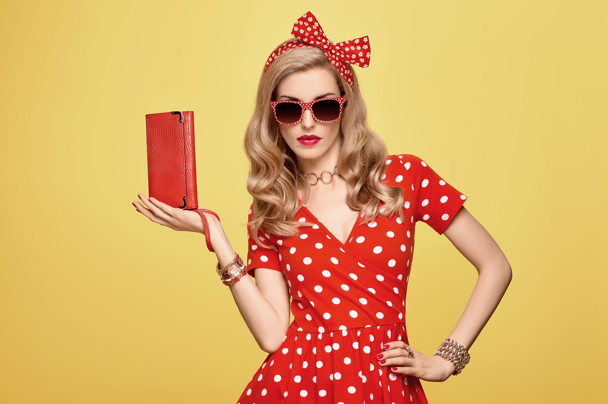 Kobieta z czerwoną torebką, ilustracja do artykułu
