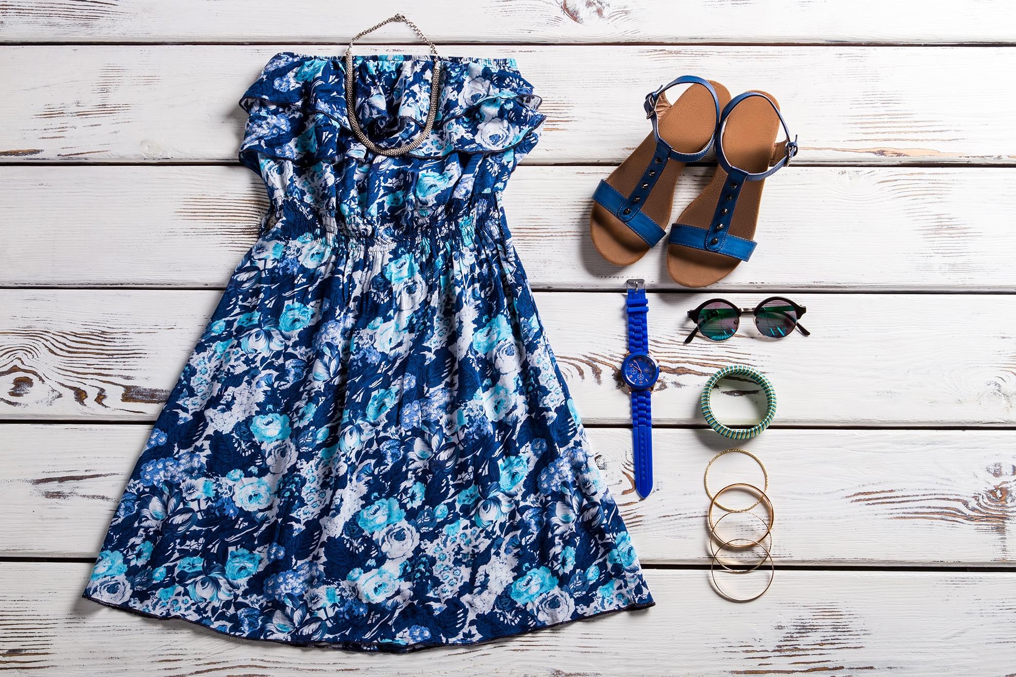 Stylizacja z sukienką, ilustracja do artykułu o trendach