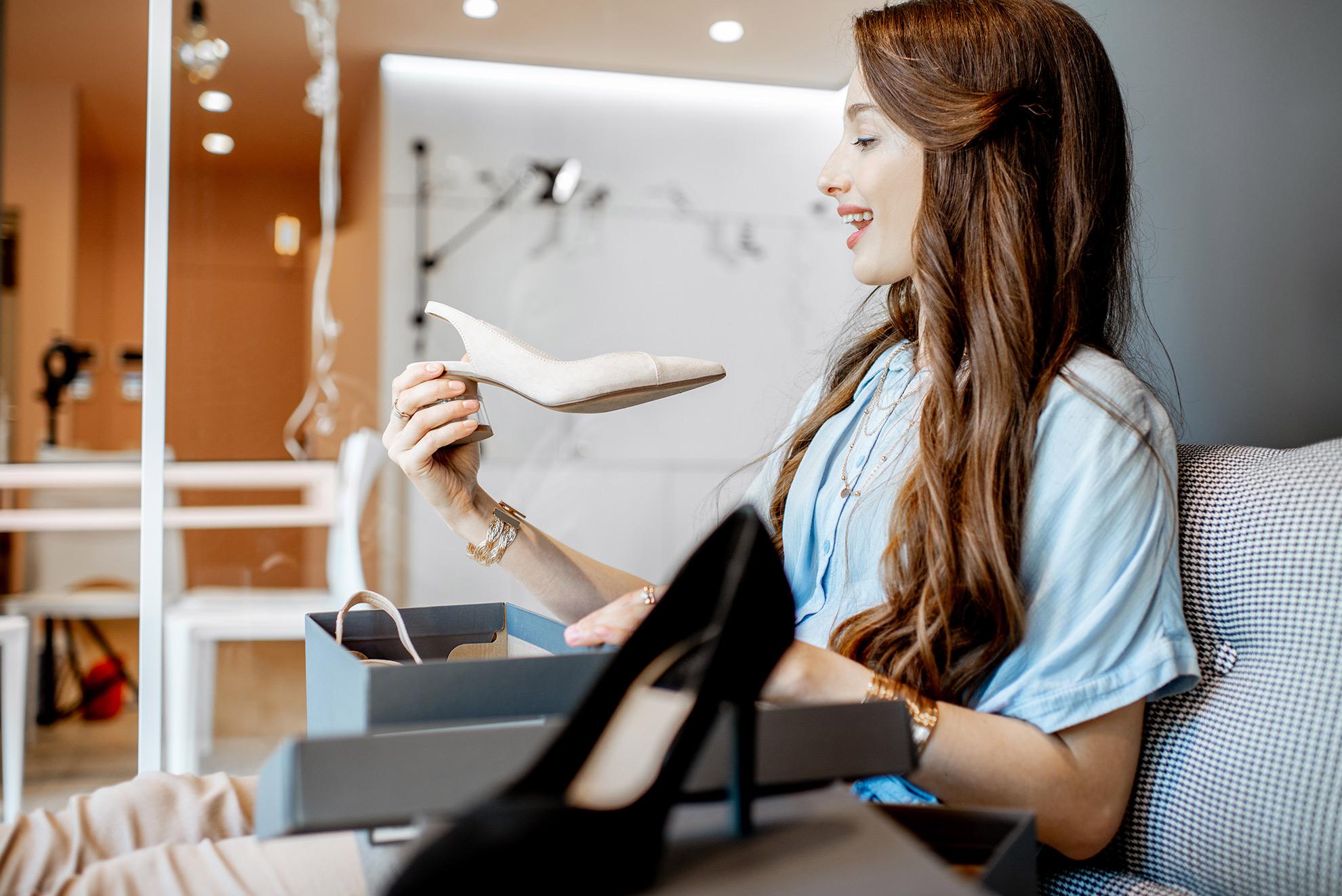 Kobieta trzymająca buty, ilustracja do artykułu o butach do błękitnej sukienki