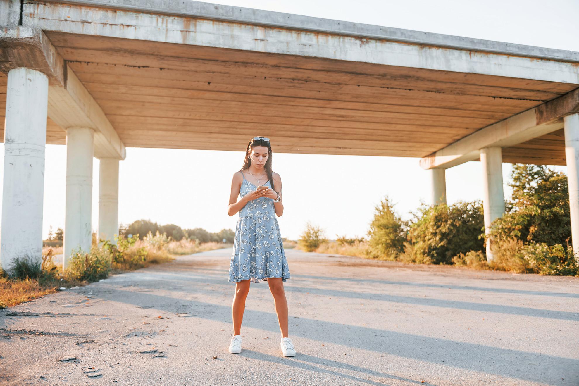 Kobieta w błękitnej sukience i białych butach, ilustracja do artykułu