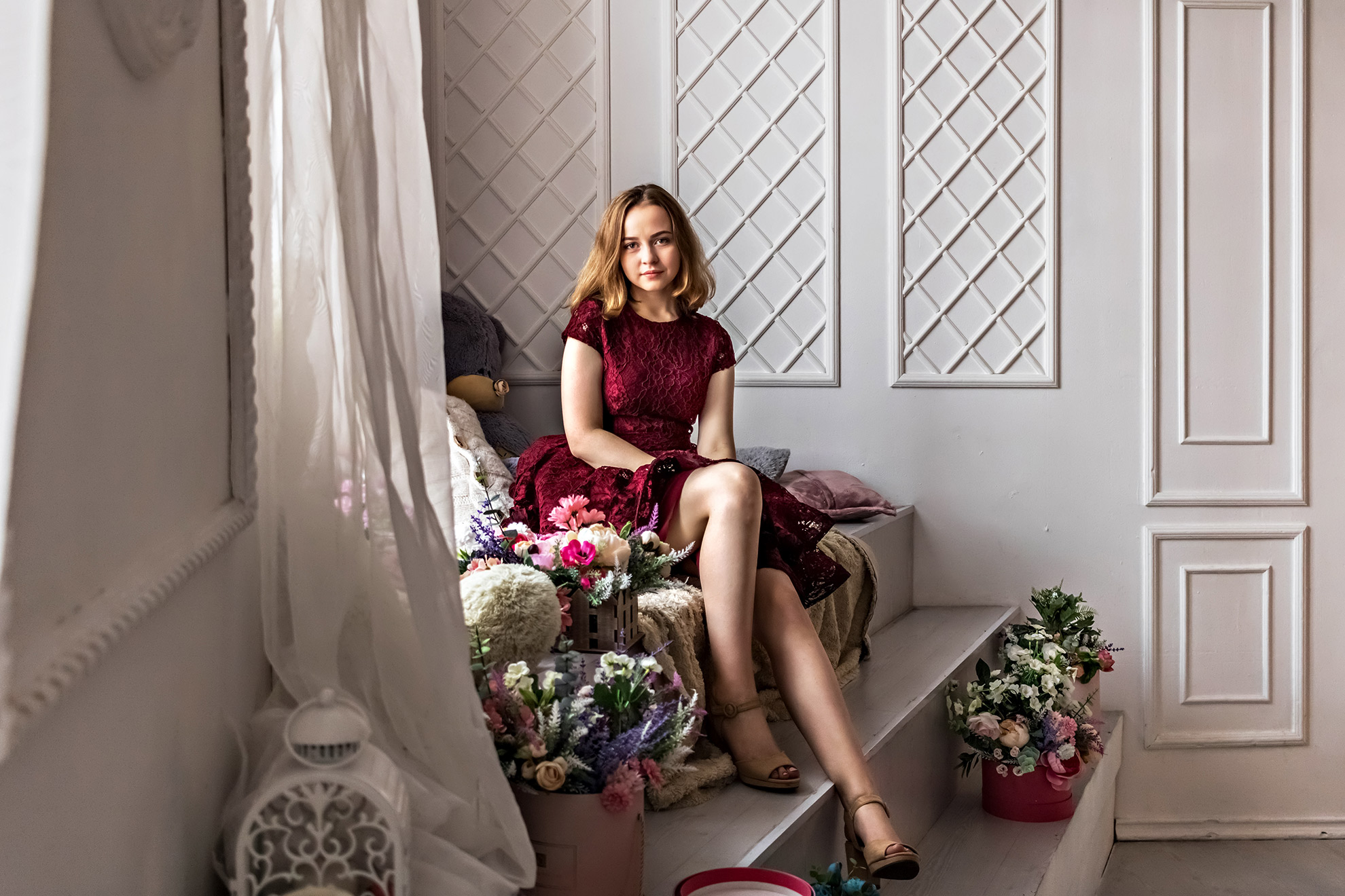 Kobieta w bordowej sukience