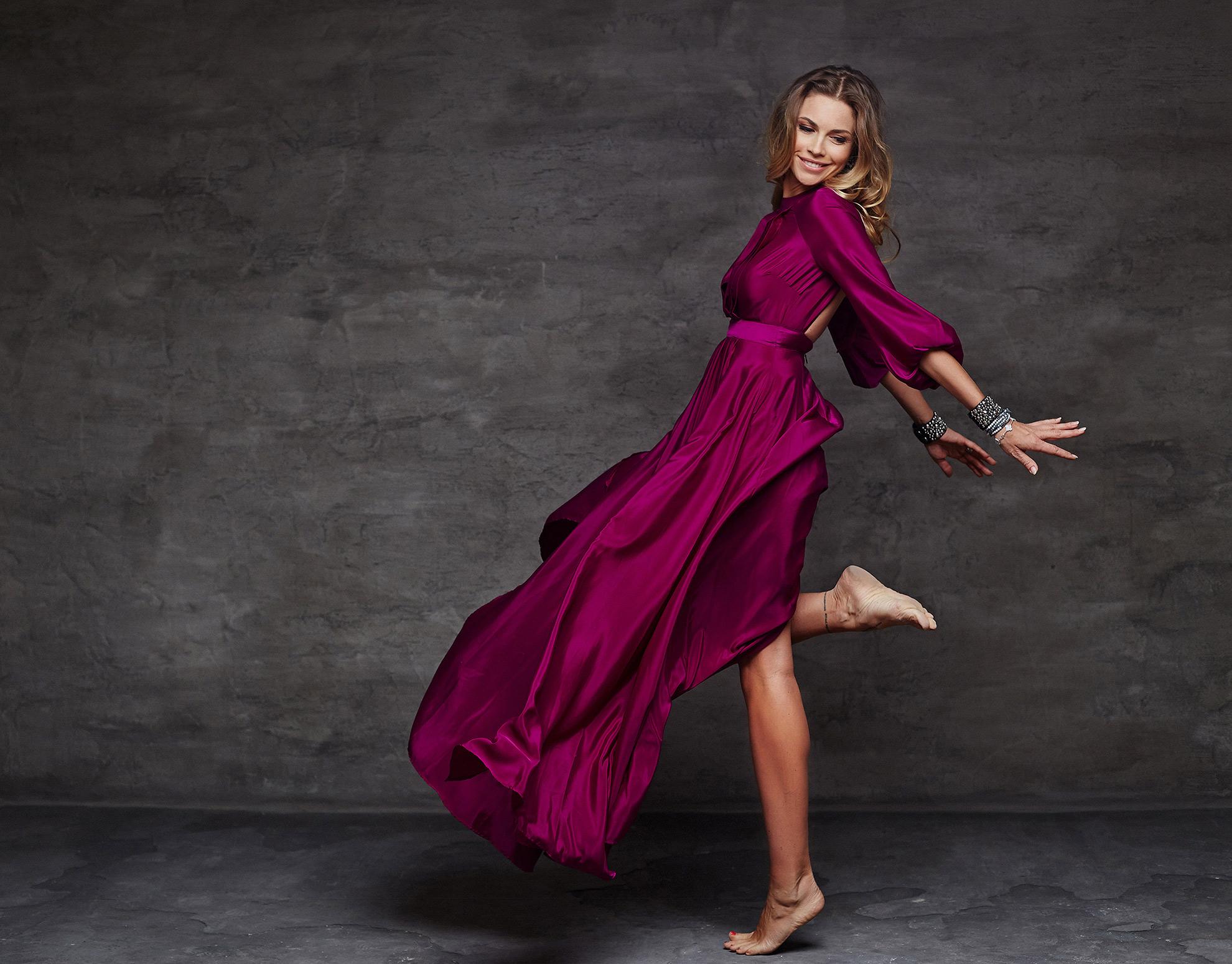 Kobieta w długiej sukience bez butów, ilustracja do artykułu o wybieraniu butów do długich sukienek