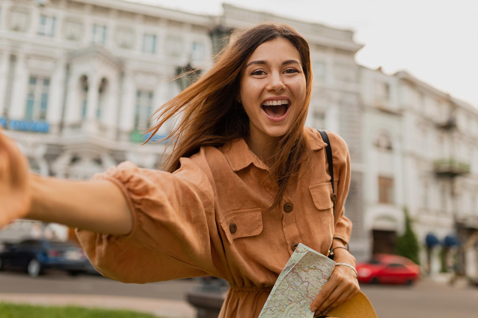 Kobieta w jasnej brązowej sukience, ilustracja do stylizacji o brązowych ubraniach na lato
