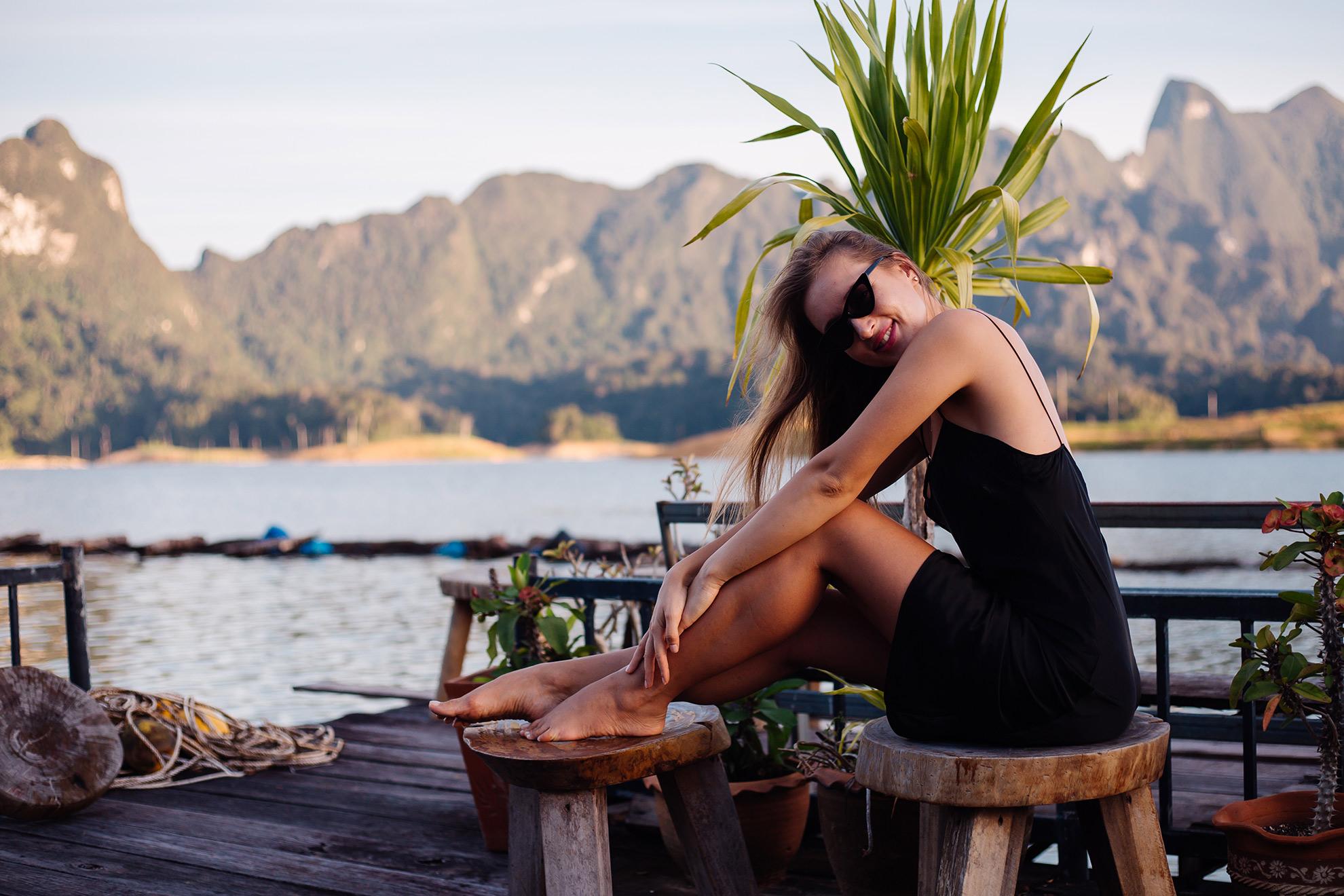 Kobieta w krótkiej sukience bez butów, ilustracja do artykułu jakie buty wybrać do krótkiej sukienki