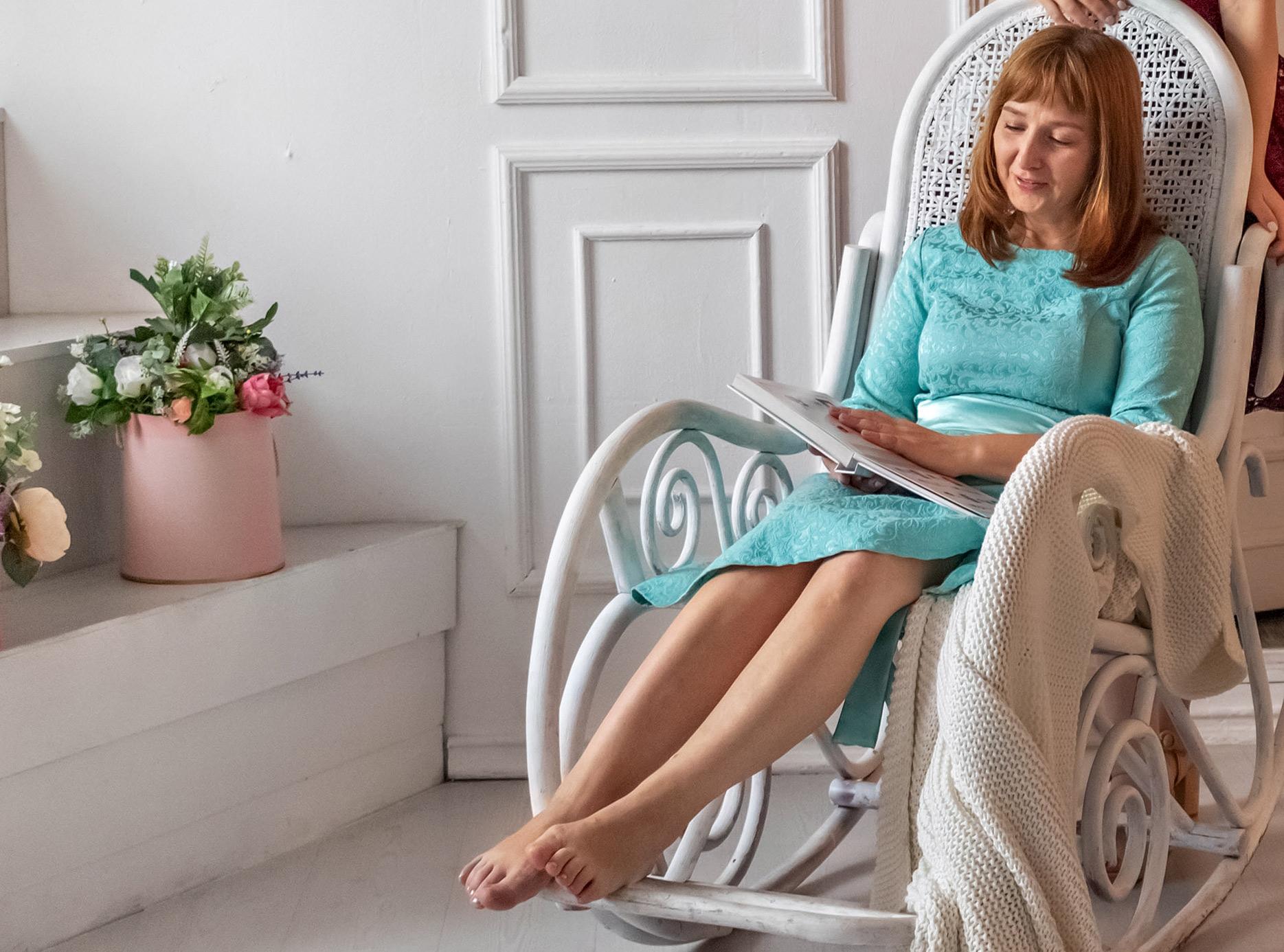 Kobieta w miętowej sukience, ilustracja do  artykuły o butach pasujących do miętowej sukienki