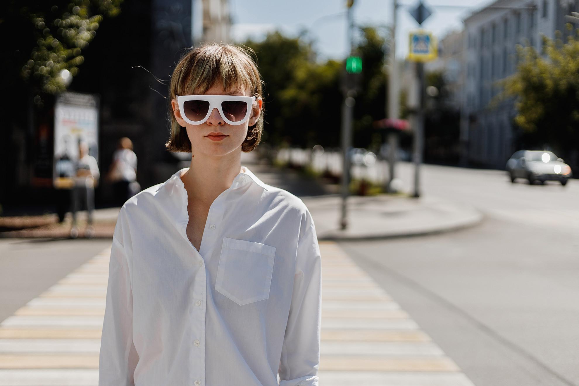 Kobieta w sukience koszulowej, ilustracja do artykułu o szmizjerkach na lato