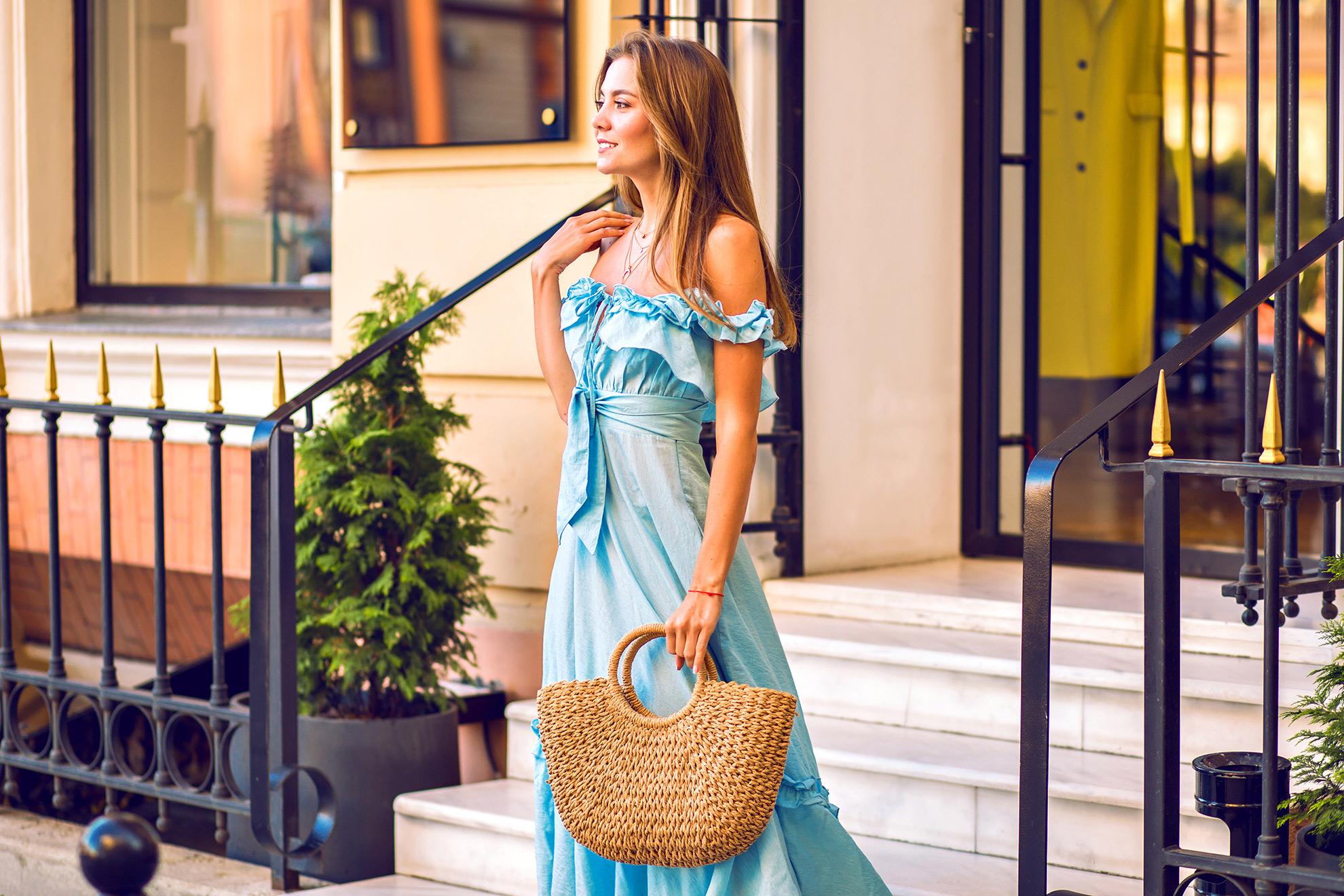Kobieta w błękitnej sukience, ilustracja do artykułu o czarnych butach do błękitnej sukienki