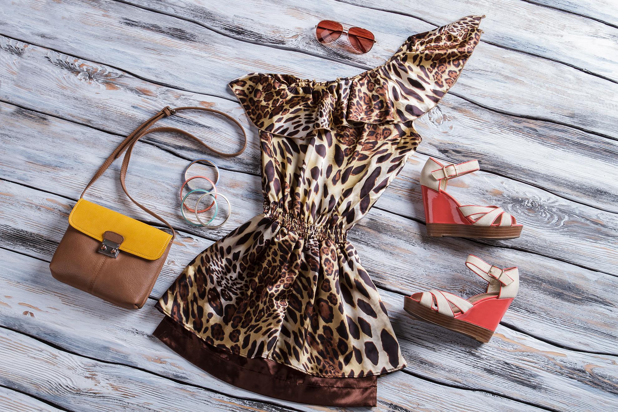 Letnia stylizacja z modnymi sandałami, ilustracja do artykułu o najmodniejszych sandałach