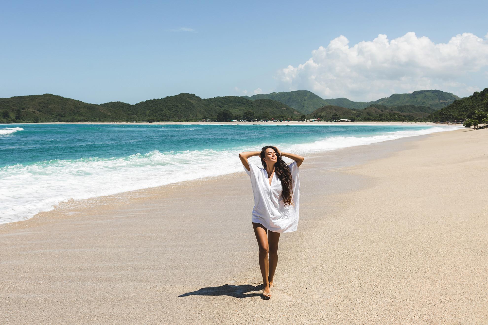 Modne tuniki na lato i plażę, ilustracja do artykułu