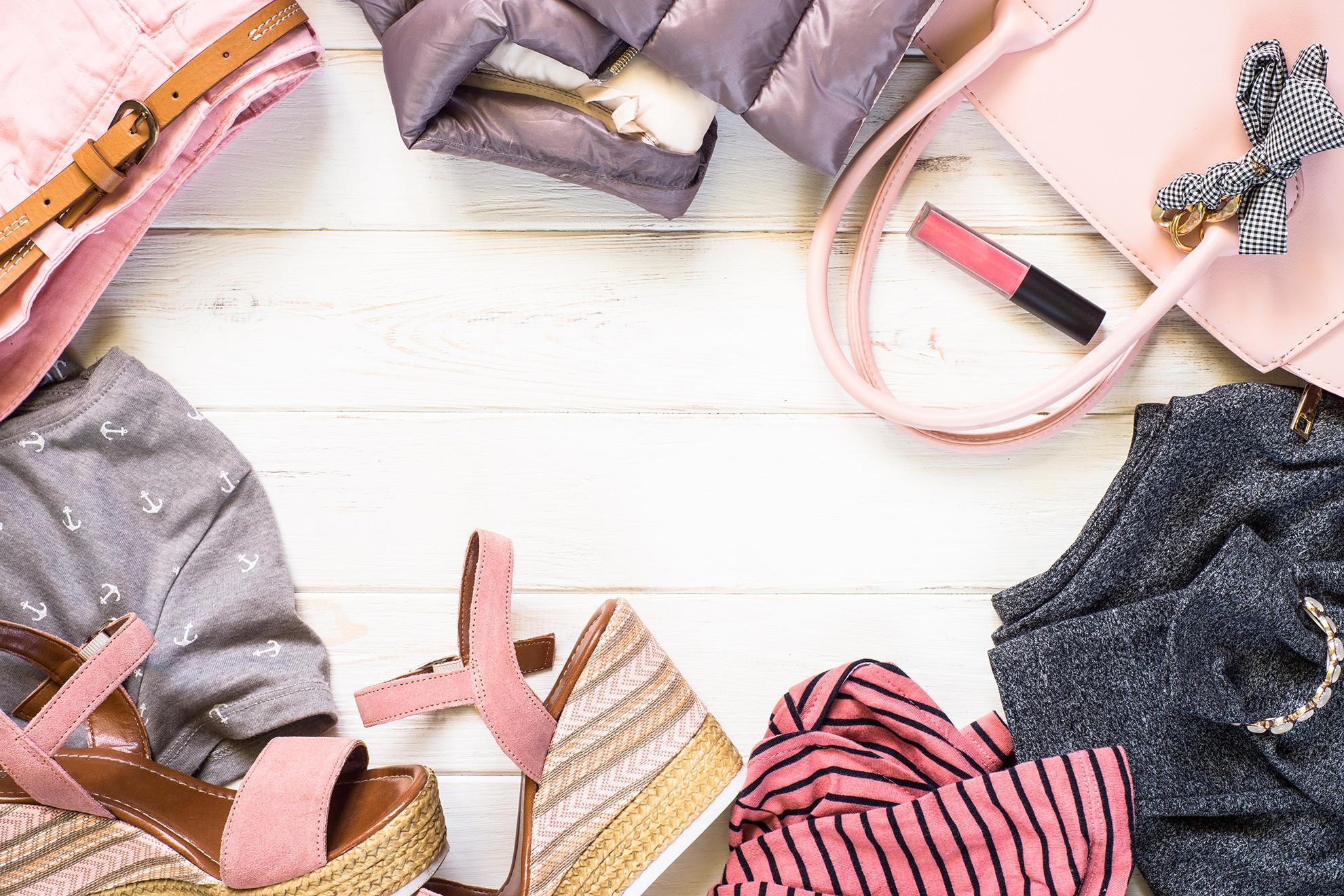 Stylizacja z sandałami na platformie, ilustracja do artykułu