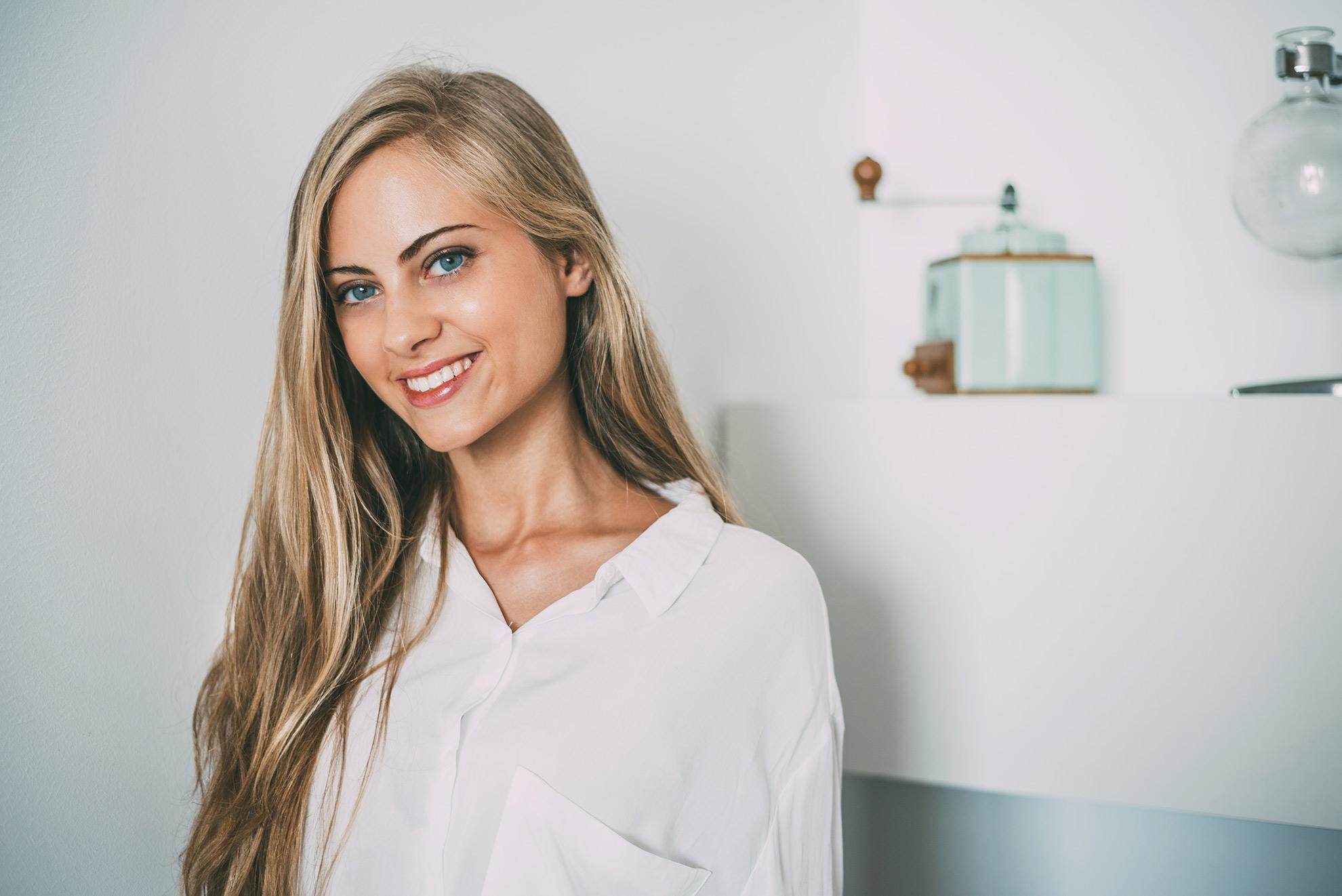 Kobieta o włosach blond, ilustracja do artykułu