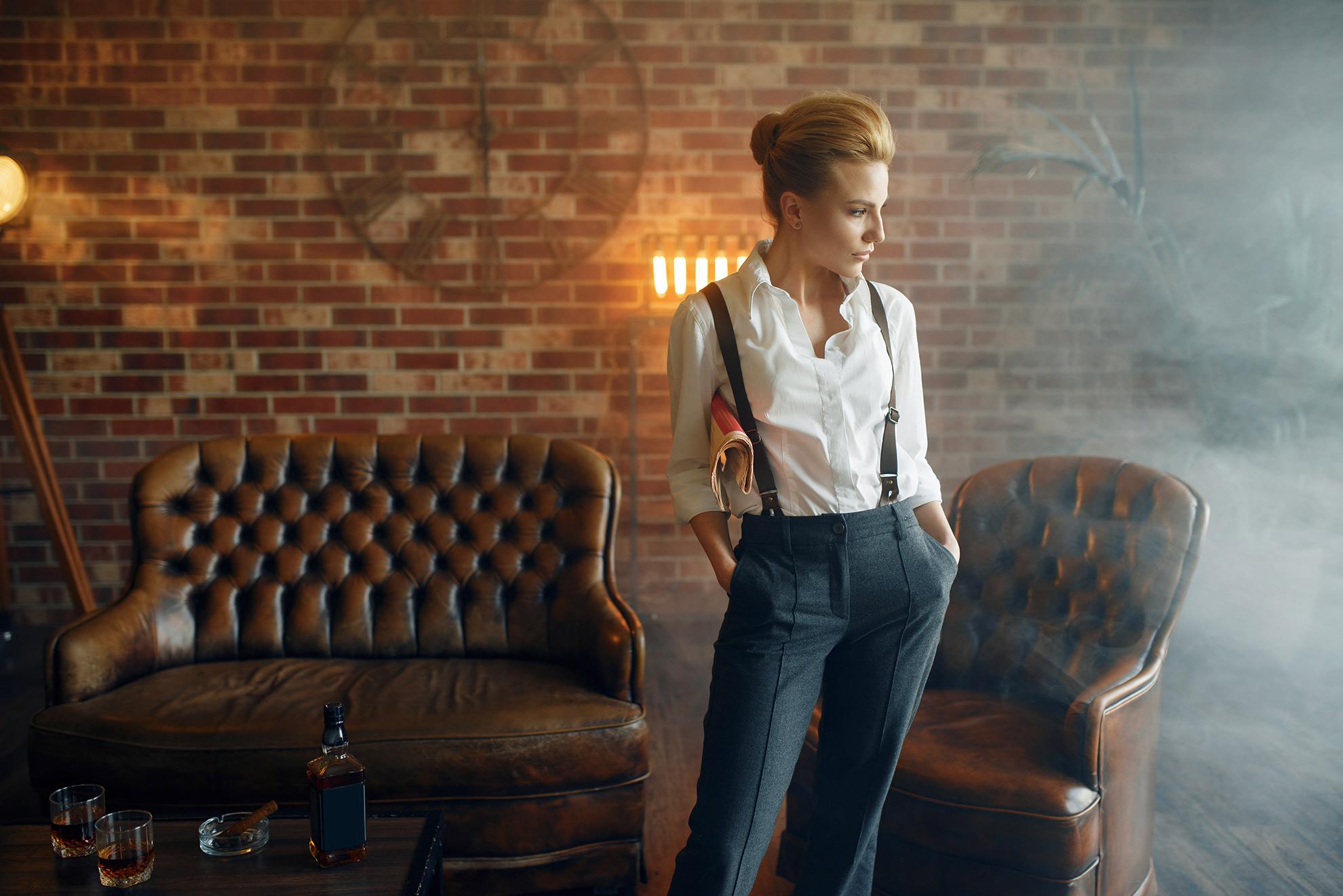 Kobieta w męskich spodniach, ilustracja do artykułu