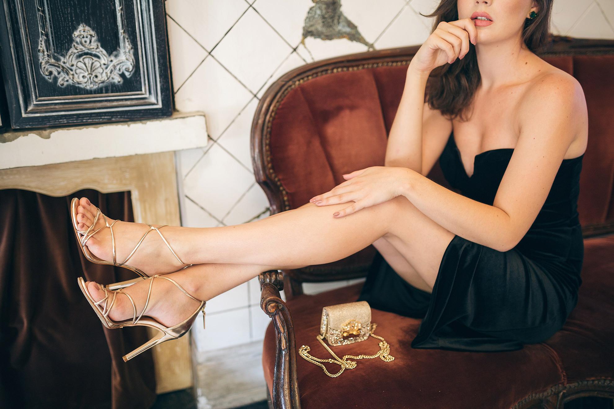 Kobieta w modnych sandałach na szpilce, ilustracja do artykułu