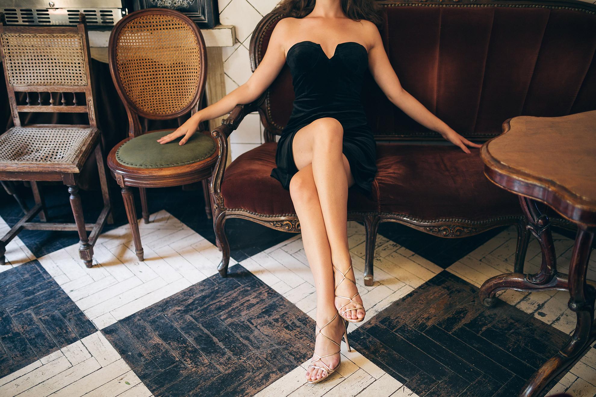 Kobieta w sandałach na szpilce, przegląd przez modele, ilustracja do artykułu