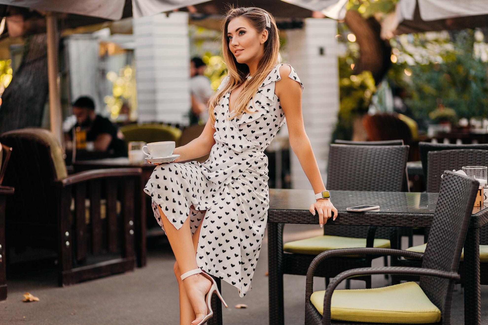 Kobieta w sukience w serca, ilustracja do artykułu