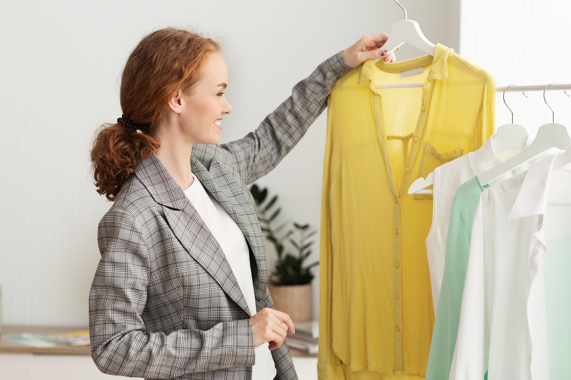 Kobieta wybierająca sukienki, ilustracja do artykułu