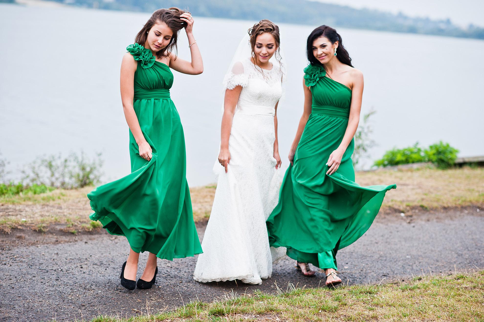 Kobiety w zielonych sukienkach i panna młoda, ilustracja do artykułu o żakietach do zielonej sukienki