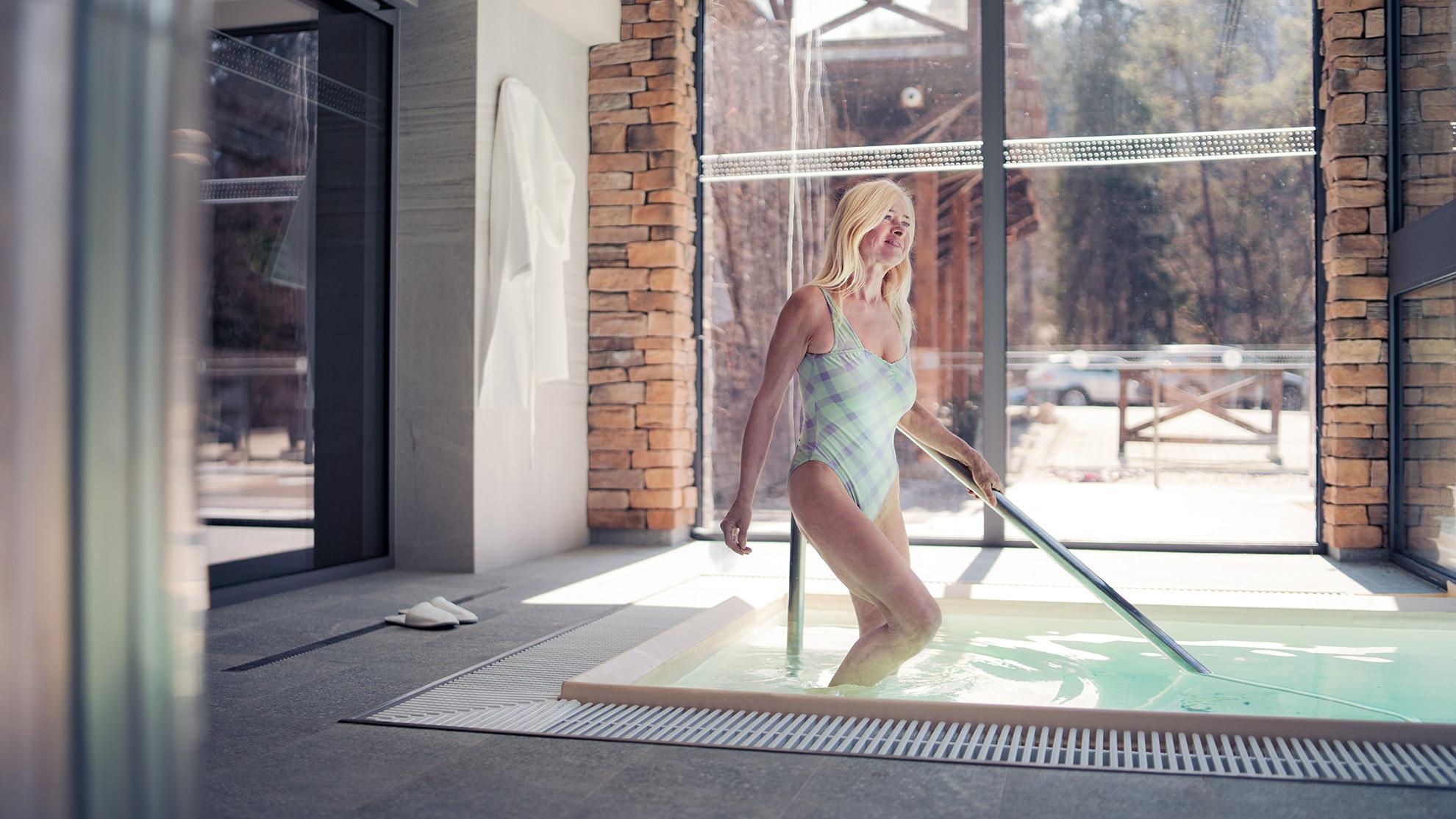 Starsza kobieta w kostiumie kąpielowym, ilustracja do artykułu