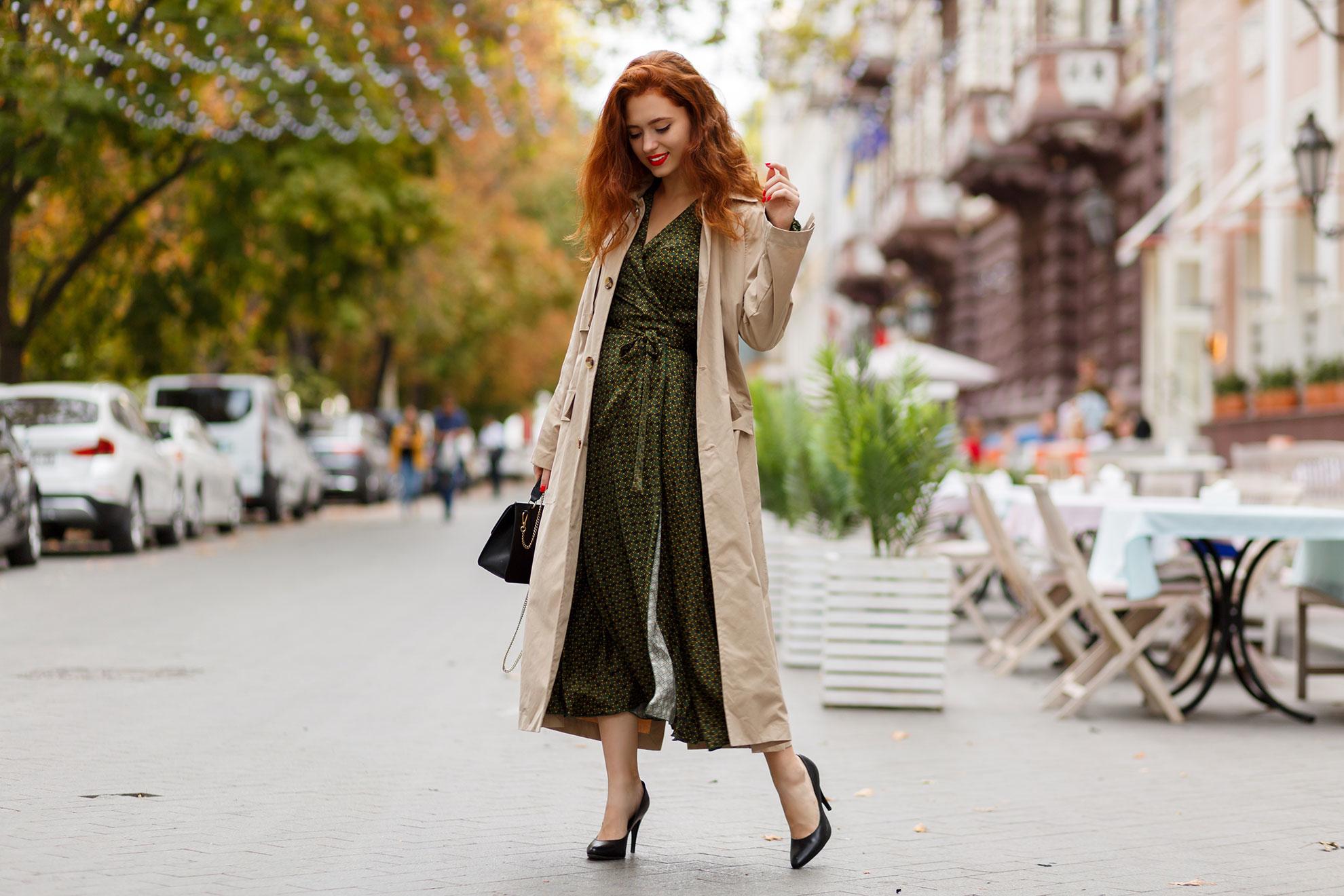 Kobieta w płaszczu i sukience, ilustracja