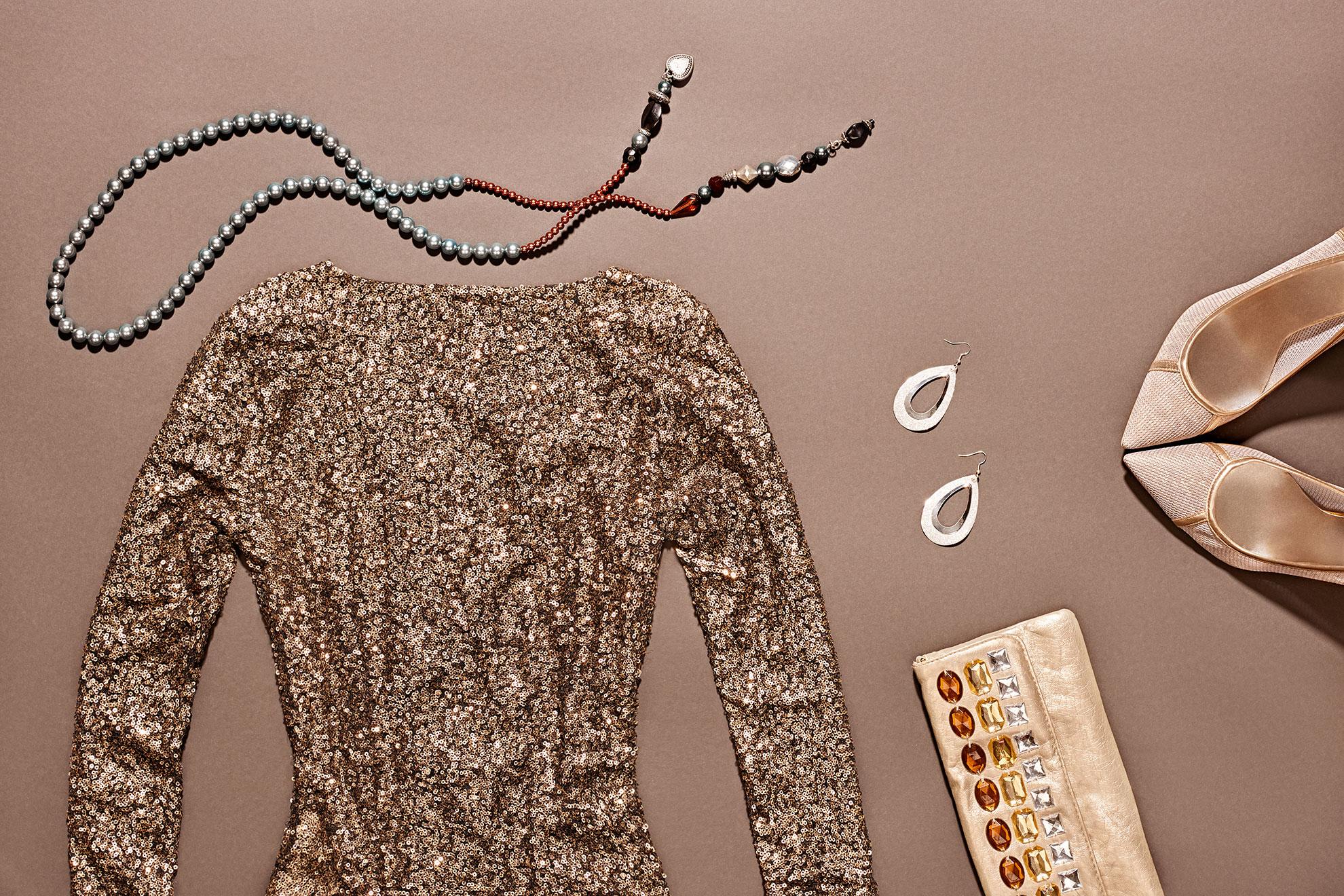 Złota sukienka i dodatki, ilustracja do artykułu